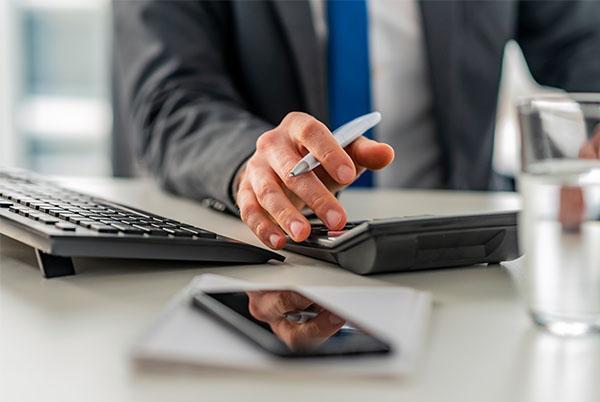 mężczyzna używający kalkulatora